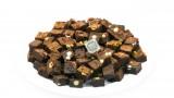 צלחת בראוניז עם פיסטוקים ושוקולד לבן